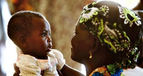 Une femme et son bébé lors d'une conférence sur la prévention du sida, Ouagadougou, avril 2013 / REUTERS