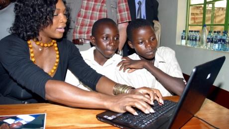 Elèves devant un ordinateur portable lors de la visite de Serena Williams à Nairobi,  2010 / REUTERS