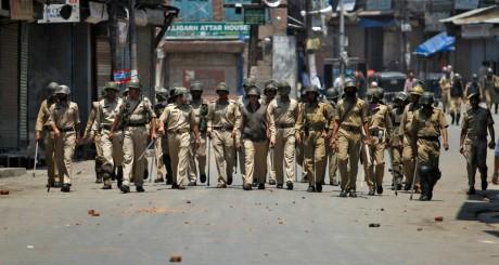 Agents de police à Srinagar, en Inde, le 30 mai 2013. REUTERS/Danish Ismail