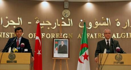 Les ministres des Affaires étrangères turc et algérien, à une conférence de presse, novembre  / REUTERS
