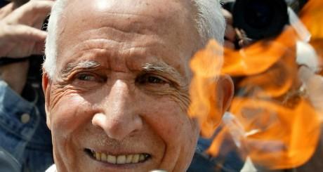 Alain Mimoun avec la flamme olympique, Paris, 2004 / REUTERS