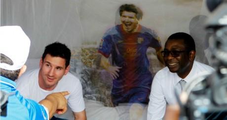 Lionel Messi et le ministre Youssou N'dour devant une moustiquaire offerte par le footballeur, Saly, 27 juin 2013 / REUTERS