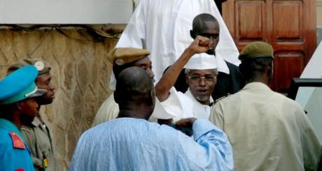 Hissène Habré (en lunettes), Dakar, novembre 2005 / Reuters