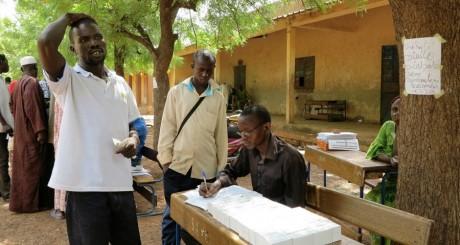Un Malien recevant sa carte d'électeur, Senou, juin 2013 / Reuters