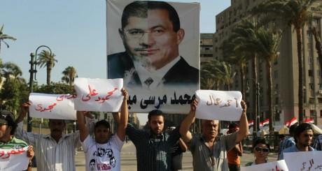 Effigie Morsi/Moubarak brandie par des anti-Morsi, juin 2013 / Reuters