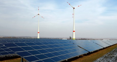 Panneaux solaires et éoliennes, 2010 / REUTERS