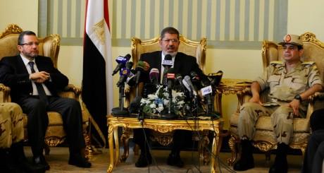 Le président égyptien (au centre) et le ministre de la Défense al-Sissi (à droite), 22 mai 2013 / REUTERS