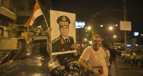Effigie du ministre de la Défense égyptien brandie par des anti-Morsi, 1er juillet 2013 / AFP