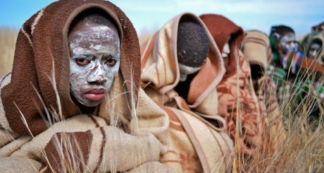 Jeunes hommes après une cérémonie de ciconcision, Cap-Oriental, Afrique du Sud / AFP