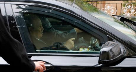 Abdelaziz Bouteflika dans sa voiture, Alger, novembre 2012 / Reuters