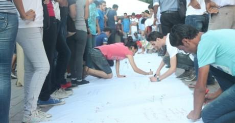 Des jeunes signant la pétition Kngatouna, Tunis © Nawaat, DR.