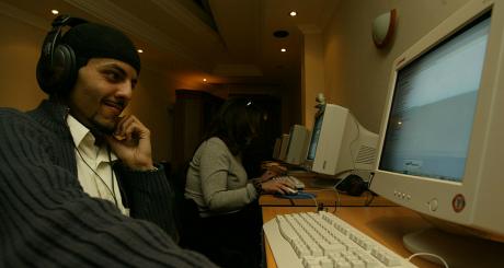 Internaute dans un cybercafé d'Alger / Reuters