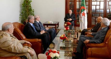 Abdelaziz Bouteflika entouré des autorités algériennes, Alger, 16 juillet 2013 / AFP