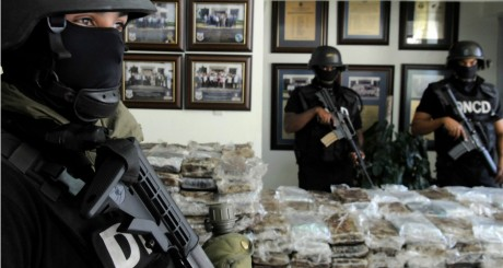 Policiers gardant une saisie de cocaïne, 2013 / REUTERS