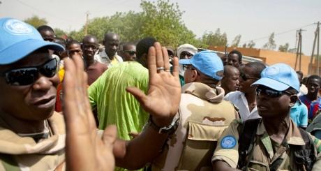 Des soldats de la Minusma calmant la foule, Gao, 5 juillet 2013 / Reuters