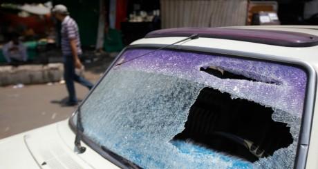 Voiture endommagée lors des affrontement au Caire, 23 juillet 2013 / AFP