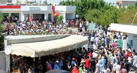 Manifestation de vant lhôpital d'Arian, près de Tunis, 25 juillet 2013 / AFP