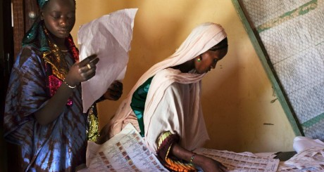 Électrices cherchant leur nom sur des listes, Tombouctou, 26 juillet 2013 / Reuters