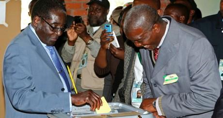 Le président Robert Mugabe dépose son bulletin de vote, Harare, 31 juillet 2013
