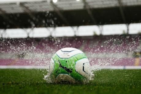 Un ballon de football laissé par l'arbitre Stephan Klossner, le27 avril 2013 à Genève. REUTERS/Valentin Flauraud.