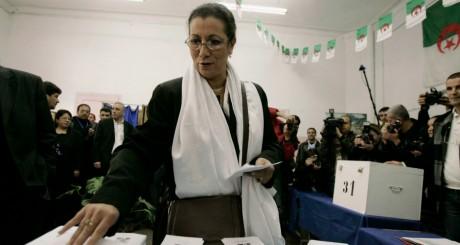 La candidate de gauche Louisa Hanoune au bureau de vote, Alger, 2009 / REUTERS