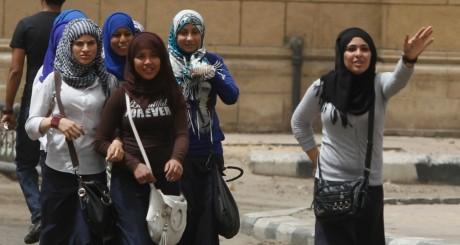 Ecolières dans les rues du Caire, 9 avril 2013 / REUTERS