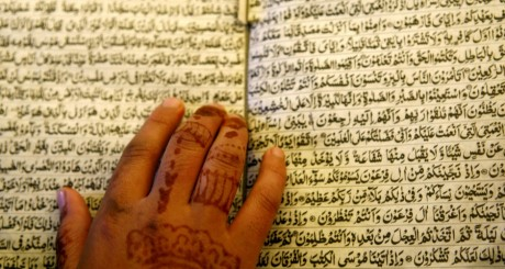 Lecture du Coran pendant l'Aïd, 2006 / REUTERS