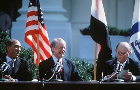 Les présidents Anouar al-Sadate et Jimmy Carter et le Premier ministre israélien Menachem Begin, le 26 mars 1979. AFP