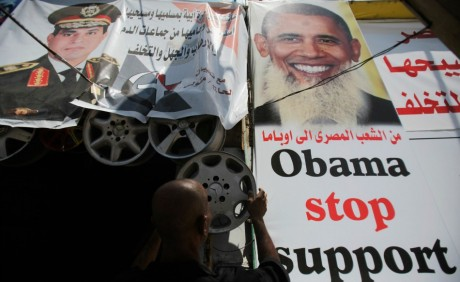 Poster de Barack Obama affublé d'une barbe. REUTERS/Amr Abdallah Dalsh