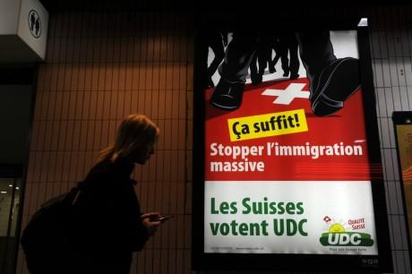 Affiche du parti d'extrême droite UDC-VPC, le 23 octobre 2011, à Lausanne. SEBASTIEN BOZON / AFP