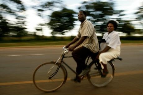 Une nounou se fait racompagner en motocyclette, le 24 avril 2008, Zambie . REUTERS/Siphiwe Sibeko