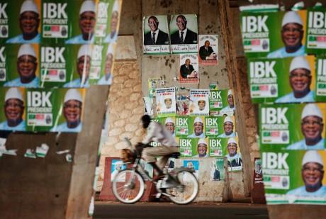 Homme à bicyclette, le 9 août 2013, à Bamako.  REUTERS/Joe Penne
