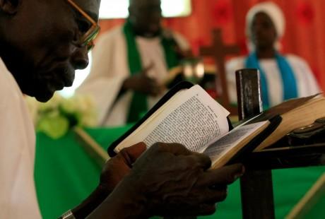 Prière dans une église à Kharthoum, au Soudan. REUTERS/Mohamed Nureldin Abdallah