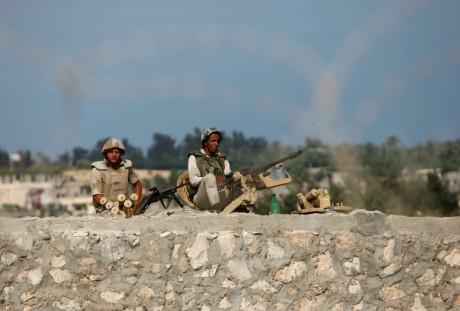 Militaires égyptiens à la frontière entre l' Egypte et la bande de Gaza. REUTERS/Ibraheem Abu Mustafa