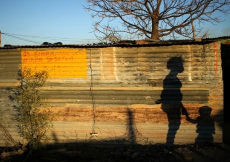 L'ombre d'une femme et son enfant, Afrique du Sud. REUTERS/Siphiwe Sibeko