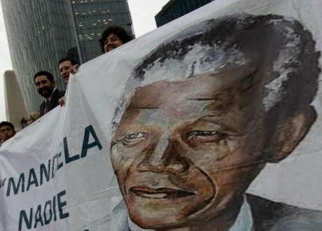 Affiche à l'effigie de Nelson Mandela. REUTERS/Henry Romero