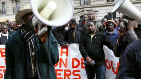 Manifestation devant le siège du Parti Socialiste pour réclamer la régularisation des sans-papiers, 2010. THOMAS COEX / AFP