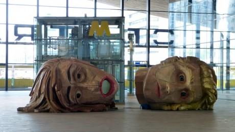 Deux têtes, gare de Rotterdam. FLICKR CC Nik Morris ( van Leiden)