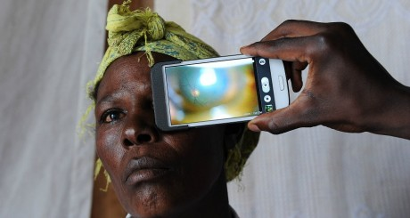 Consultation ophtlamologique via smartphone, Nakuru (Kenya) / AFP