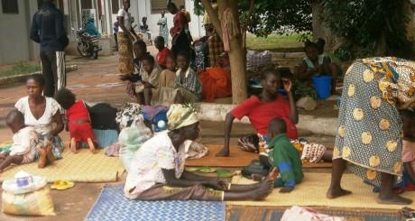Des familles dans la cour d'un hôpital près de Bangui, août 2013 / AFP