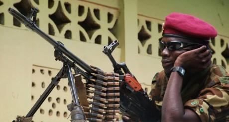 Un soldat de la Séléka devant la mosquée de Bangui, 30 mars 2013 / REUTERS