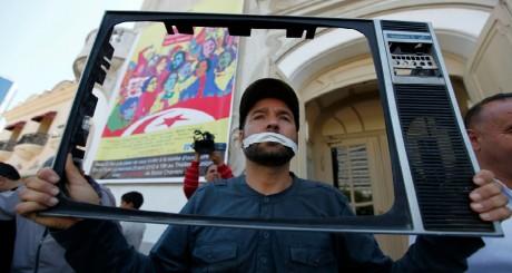 Manifestation de journalistes devant les locaux de la télévision tunisienne, Tunis, 25 avril 2012 / REUTERS