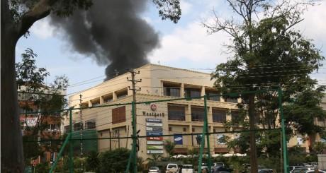 Fumée noire au-dessus du centre commercial Westgate à Nairobi, 23 septembre 2013 / REUTERS