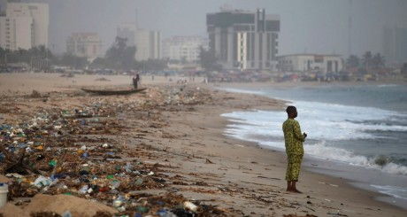 Plage à Lagos, 15 décembre 2011 / REUTERS