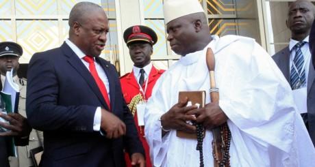 Yahya Jammeh (droite) avec son homologue ghanéen, février 2013 / Reuters