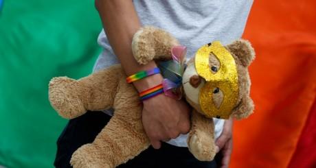 Un miltant LGBT lors de la Marche des fiertés guatémaltèque / Reuters