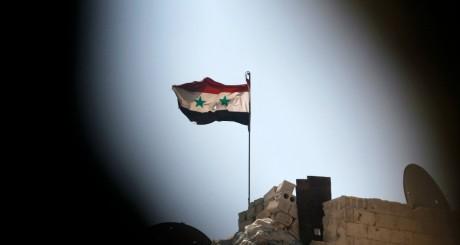 Drapeau syrien sur un bâtiment des forces loyales à Assad, Ashrafieh, septembre 2013 / Reuters