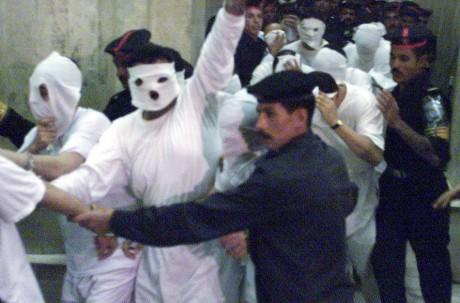 52 personnes accusées d'avoir eu des relations homosexuelles, au Caire, le 14 novembre 2011. REUTERS/Aladin Abdel Naby