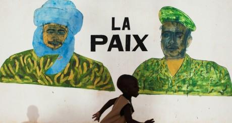 Un enfant devant une affiche murale à Tombouctou, juillet 2013 / Reuters