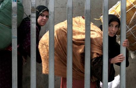 Marocaines, entre l'enclave espagnole de Melilla et le Maroc, 2007. REUTERS/Anton Meres